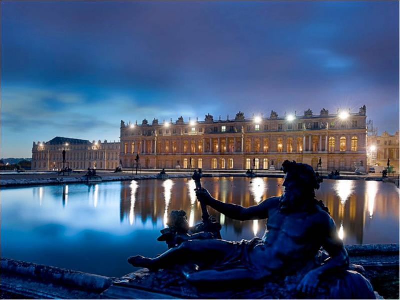 Quel directeur des Gobelins fut le principal décorateur du château de Versailles ?