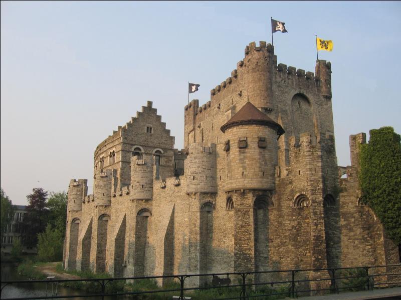 Dans quelle ville de Belgique, située au confluent de la Lys et de l'Escaut, peut-on admirer le château médiéval des comtes de Flandre ?