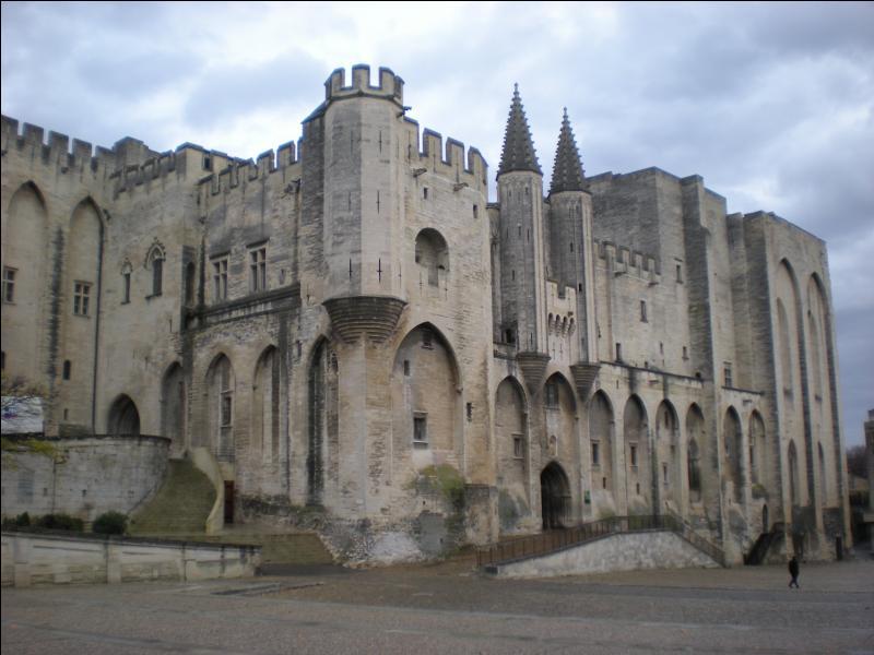 De quel style architectural est issu le Palais des papes, en Avignon ?