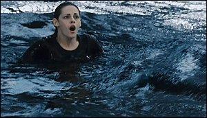 Qui sauve Bella de la noyade ?