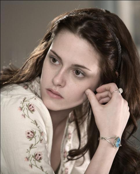 Lors de sa fête d'anniversaire, quel vampire de la famille Cullen se jette sur Bella ?