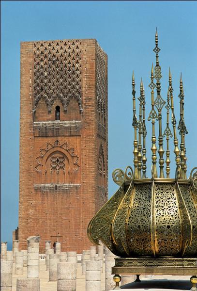 Dans quelle ville marocaine est située la tour Hassan ?