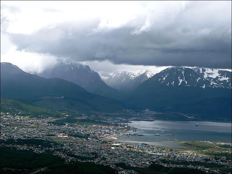 Sur la photo est représenté un port qui est le plus proche du continent de l'Antarctique et qui se nomme Ushuaia. Dans quel pays se trouve-t-il ?