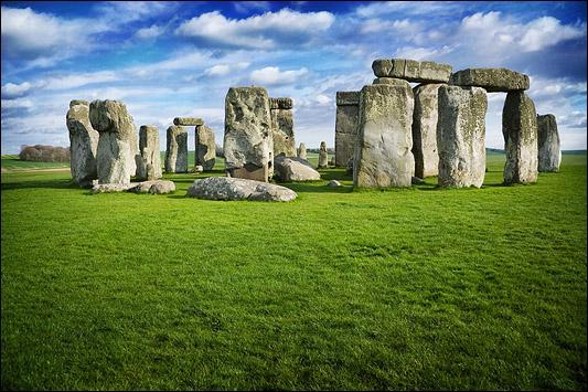 Vous avez reconnu le site mégalithique anglais de Stonehenge évidemment. Quand a-t-il été érigé ?