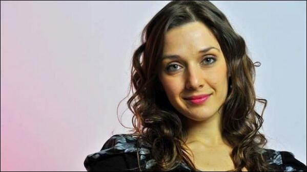 Comment s'appelle l'actrice qui a été engagée par Jade et Matias pour voler tout l'argent de German ? Et qui joue son rôle ?