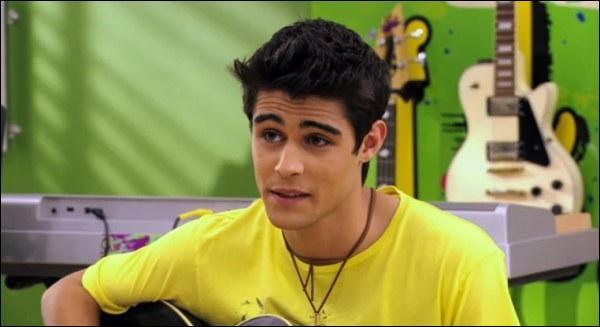 Comment s'appelle le garçon espagnol qui a été le premier amour de Violetta et qui faisait partie de la première saison et qui revient dans la troisième saison ? Et qui joue son rôle ?