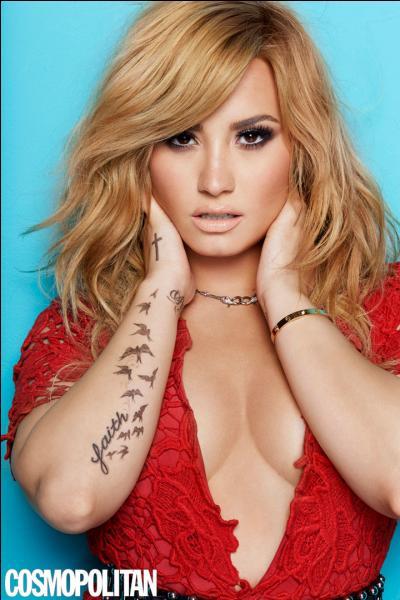 Quels deux mots sont tatoués sur les poignets de Demi ?