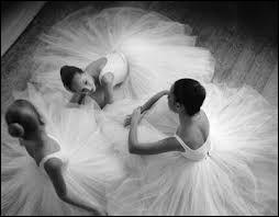 Comment s'appelle la prestigieuse école de danse en Angleterre ?