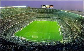 Comment s'appelle le stade de Barcelone ?