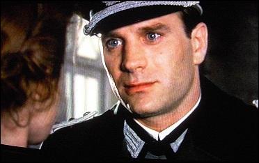 A la fin de la nouvelle, que dit la jeune fille au capitaine allemand ?