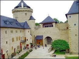 Sur le territoire de quelle commune Mosellane se situe le Château de Malbrouck ?