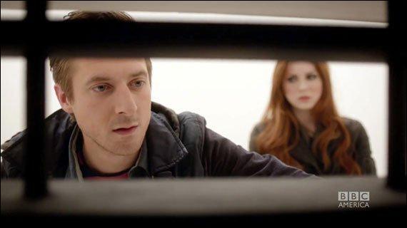 Même épisode. Quelle question pose Rory à propos des Daleks qui sont dans l'asile ?