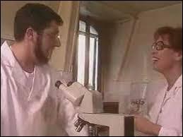 Dans ''La mouche qui pète'' , Alain Chabat tient le rôle d'un scientifique. Que souhaitait-il qu'on lui envoie ?