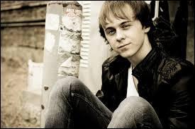 Il est le batteur et chanteur, il a 31 ans et est le meilleur ami des garçons du groupe. Il est par ailleurs le petit ami de Rydel. Mais qui est-il ?