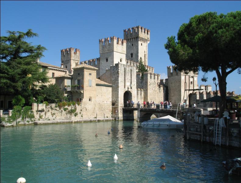 Pour s'échapper d'Italie par le nord avec leur R5 antédiluvienne, un ultime café sur les bords du lac de Garde, riviera luxueuse mais kitch à l'ambiance très particulière. Quelle question pose le serveur à nos touristes ébahis avant de prendre commande ?