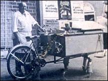 """6 h du matin... Avant de quitter Florence, dernière flânerie à San Spirito. Un """"gruppetto"""" entoure un kiosque ambulant d'où s'échappe une vapeur présageant quelques viennoiseries... Mais que propose ce marchand si matinal ?"""