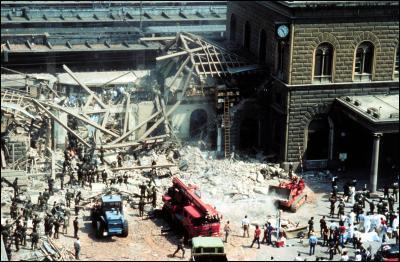 """Mais en ce mois d'âout 1980, la ville semble sous le choc de la """"Strage di Bologna"""". Que s'est-il passé ?"""