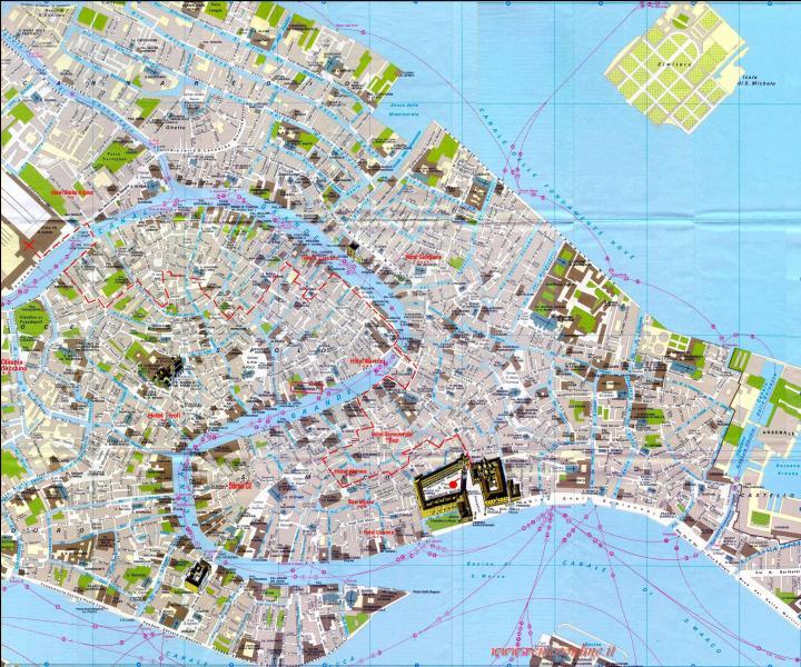 Après ces adieux émouvants, arrivés en gare de Venise. première chose à (ne pas) faire : se précipiter pour acheter un plan de la ville. Pourquoi ?
