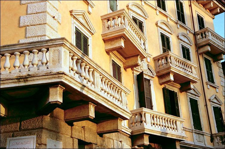 La fuite éperdue continue : nos français cherchent l'Italie, rêvent de Toscane... Sur leur route, Verona, la deuxième ville des amoureux. Quel souvenir en garderont-ils ?