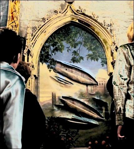 Il y a aussi des scènes absurdes qui ne tiennent pas la route. Exemple : Sirius Black a lacéré le portrait de la Grosse Dame, le voilà donc infiltré dans le château. La décision du directeur ?