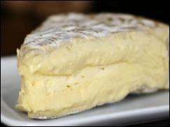 """Parce que vous êtes connus pour votre fin palais, vous trouverez quel est ce fromage, à la croûte floconneuse de légère moisissure, que Talleyrand sacra """"roi""""."""
