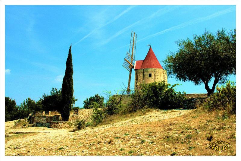 """Ce célèbre moulin se trouve ... , dans les Bouches-du-Rhône, non loin d'Arles. Daudet ne l'acheta pas mais y passa de longues journées """"de rêves et de souvenirs"""". // Suivent trois nouvelles extraites des """"Lettres de mon moulin""""."""