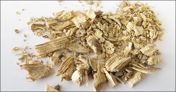 Quelle boisson amère, fabriquée en Nouvelle-Calédonie, les racines du poivrier enivrant donnent-elles ?