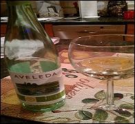 """Voilà un """"Vinho Verde"""", léger, aux arômes de fruits frais, qui se laisse boire complaisamment avec bien des mets y compris la fine cuisine épicée thaï. D'où vient-il ?"""