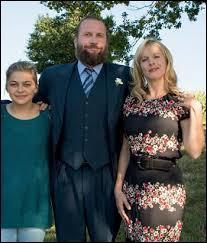 Son père, Rodolphe Bélier, a mis son plus beau costume car il a décidé de se présenter aux élections municipales de son village. Quel est le nom de cette ville du département de la Mayenne ?
