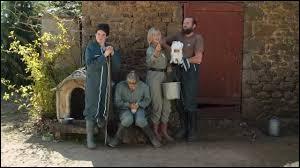 Des journalistes viennent faire un reportage sur sa vie à la ferme et enregistrer un interview dans le cadre de la campagne électorale. Pour quelle chaîne de télévision travaillent-ils ?