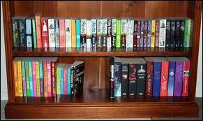 Les livres sont (ranger) sur des étagères.