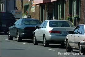 Ma voiture est (garer) devant le magasin.