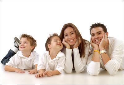 Peux-tu me dire si mon mari et moi, sommes (inviter) avec ou sans les enfants ?