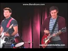 Sur cette photo, nous voyons Leon et Diego qui chantent une chanson mais quelle chanson chantent-ils ?