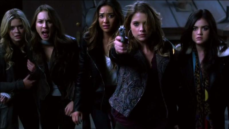 Sur qui Hanna pointe-t-elle le pistolet ? (voir image)