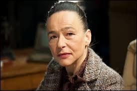 Comment se nomme l'actrice qui joue le rôle de la proviseur ?