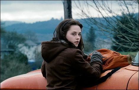 Qui a sauvé Bella d'une voiture ?
