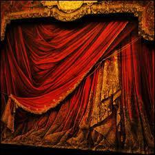 Pendant l'ouverture, les rideaux sont-ils ouverts ou fermés ?