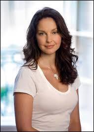 Je joue le rôle de Natalie, la mère de Tris et Caleb. Je suis :