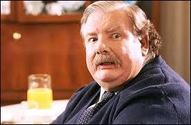 """Au début du film, lorsque Harry s'entraîne à jeter le sortilège """"Lumos Maxima"""", combien de fois son oncle rentre-t-il dans sa chambre ?"""