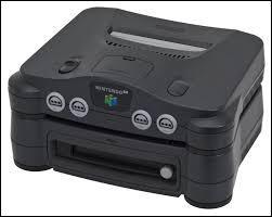 Cette Nintendo 64 est branchée sur une extension sortie uniquement au Japon, le :