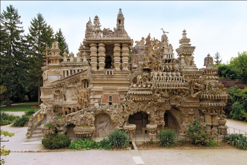 Dans quelle région, peut-on voir cet étrange monument appelé le Palais Idéal ?