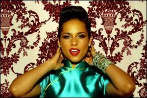 """En 2012, Alicia Keys a chanté pour la première fois : """"She's just a girl ..."""" !"""
