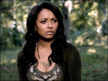 Dans la saison 3, qui aide Bonnie à ouvrir le cercueil d'Esther, fermé grâce à la magie ?