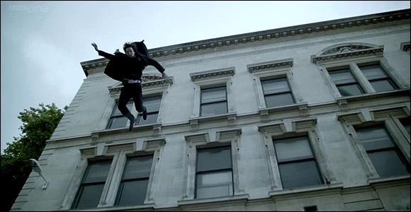 Dans l'épisode,  The Reichenbach Fall , on voit très bien que Sherlock saute du toit, mais est-ce qu'il meurt ?