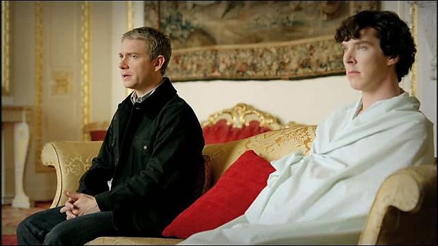 Quand Sherlock se fait amener au Birmingham Palace, il ne veut pas s'habiller alors il y va en draps, et John demande s'il a des pantalons en dessous et Sherlock répond :