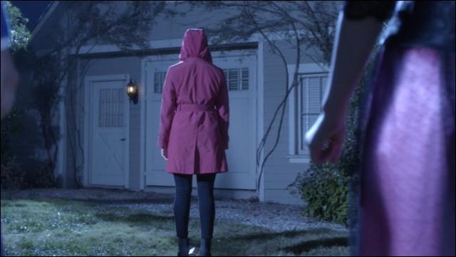 A la fin de l'épisode 13, le red coat/impaire rouge est dos aux liars, quand il se retourne, on peut voir...