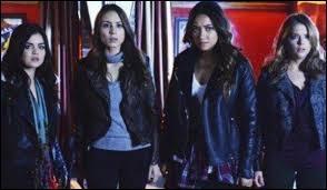 A son arrivée, Alison fait un câlin aux filles, sauf une, laquelle ?
