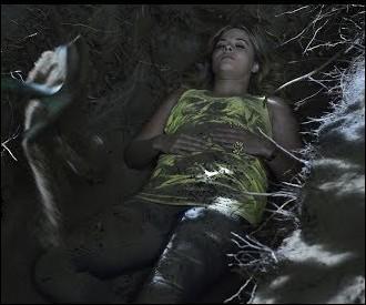 Elle nous apprend aussi qui l'a enterrée croyant qu'elle était morte, vous vous en souvenez ?