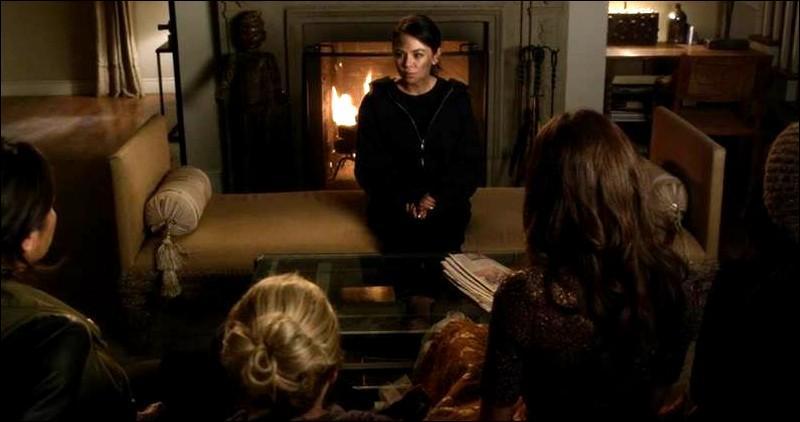 De nouveaux dans l'épisode 1, Mona s'explique et donne des infos auprès des filles. Elle leur apprend qui a massé Emily, vous en souvenez-vous ?